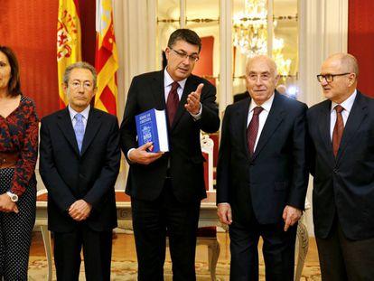 El presidente de las Cortes recibe el informe de 2015 del Síndic de Greuges, situado a su izquierda.