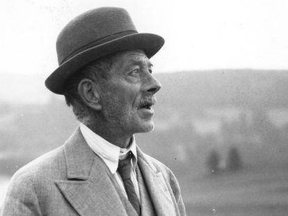 El escritor Robert Walser en la excursión al Säntis, en la sierra suiza de Alpstein, en una imagen de 1942.