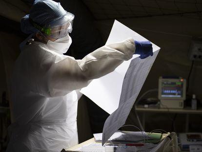 Un médico militar trabaja en un hospital de campaña en el este de Francia.  En vídeo, declaraciones de Donald Trump respecto a los fármacos.
