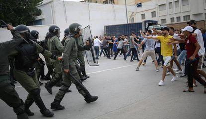 Enfrentamientos entre manifestantes y la policía en Alhucemas durante el último día de Ramadán el pasado mes de junio.
