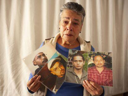 María Herrera, con las fotos de sus hijos, en su departamento en 2013.