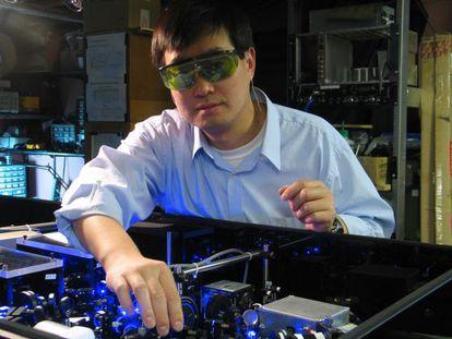 El físico del NIST, Jun Ye, lleva una década investigando con relojes atómicos basado en átomos de estroncio.
