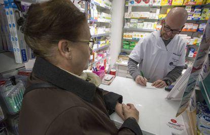Una pensionista en una farmacia de Madrid.