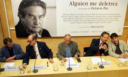 Nicanor Vélez (primero por la derecha) en la presentación de las <i>Obras completas</i> de Octavio Paz, en 2005. Le acompañan Joan Tarrida, Pere Gimferrer, Juan Goytisolo y Andrés Sánchez Robayna (de izqda. a dcha.).
