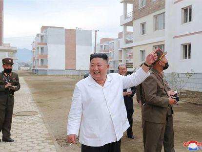 Kim Jong Un, cigarrillo en mano, inspecciona unas obras en el condado de Kimhwa el pasado 1 de octubre.