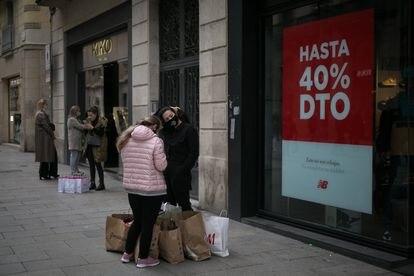 Un comercio anuncia rebajas en el Portal de l'Àngel de Barcelona.