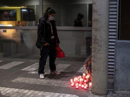 Una mujer mira anoche el altar en recuerdo del enfermero Sergio García, en el acceso a las urgencias del Hospital Príncipe de Asturias de Alcalá de Henares.