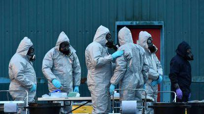 Policías británicos protegidos con trajes especiales trabajan en el lugar donde fue atacado Sergei Skripal.