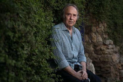 Joan Manuel Serrat, en un parque cercano a su casa de Barcelona, el 26 de julio.