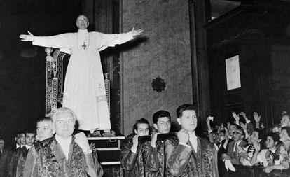 El papa Pío XII, llevado a hombros en su silla gestatoria, en 1954.