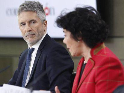 El ministro Fernando Grande-Marlaska (izquierda) y la ministra Isabel Celaá este viernes.
