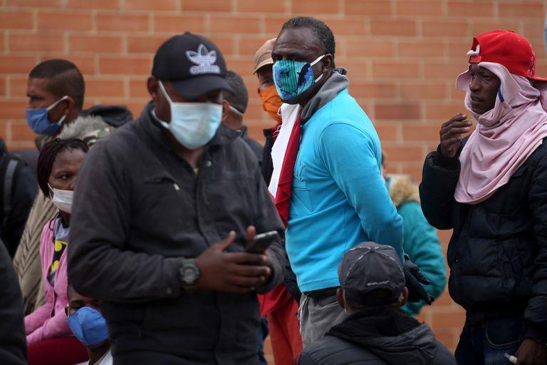 Algunas personas protestan en Soacha (Colombia) por no tener un lugar para vivir en medio de la pandemia.