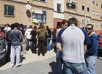 Vecinos y periodistas junto a la vivienda de la barriada de Huelva donde residía el vecino de Mari Luz Cortés.