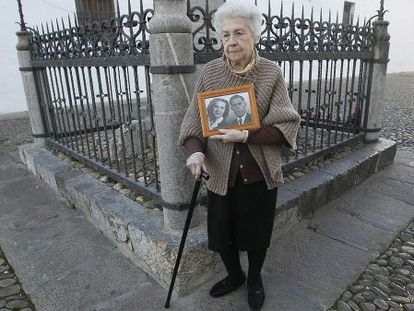 Pepita Patiño, cuya vida ha inspirado la película 'La voz dormida', posa en Córdoba con una foto de ella y su marido, Jaime Cuello.