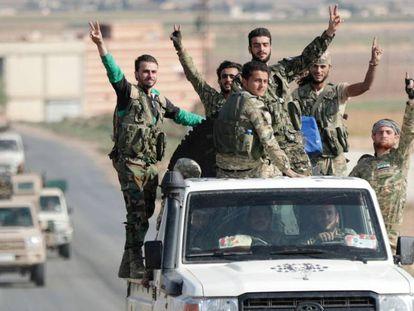 Rebeldes sirios apoyados por Turquía, el martes tras ocupar la ciudad fronteriza de Tel Abyad.