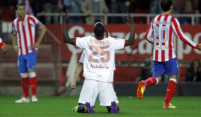 Babá celebra un gol con el Sevilla al Atlético en la temporada 2011-2012.