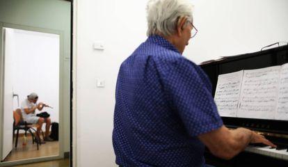 La biblioteca musical Víctor Espinós, la única en Madrid en que en lugar de libros la gente alquila instrumentos.
