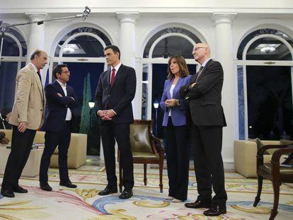 Pedro Sánchez, junto a los presentadores de Televisión Española Ana Blanco y Sergio Martín, después de la entrevista con TVE.