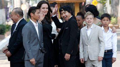 Jolie con sus hijos este fin de semana en Phnom Penh, Camboya.