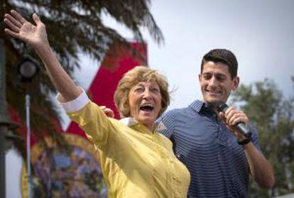 El candidato Ryan y su madre, Betty, en un mitin en Florida el sábado.