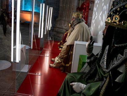 Los Reyes Magos reciben a los niños de Santiago de Compostela, protegidos por mamparas.