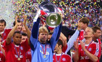 Oliver Kah levanta el trofeo tras derrotar al Valencia en 2001