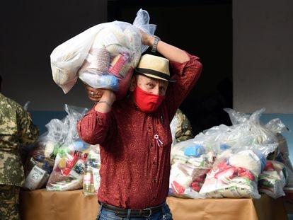 Un hombre recibe comida distribuida en mayo por el Ejército paraguayo en Asunción.