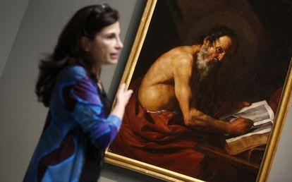 La restauradora Almudena Sánchez, ante 'San Jerónimo escribiendo'.