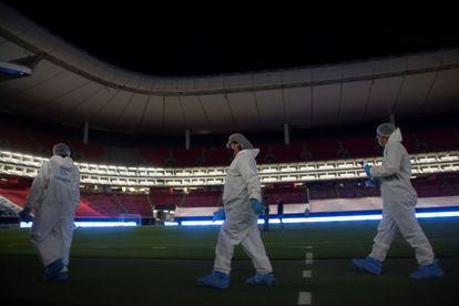 Personal desinfecta las instalaciones del estadio Akron como medida preventiva contra la covid-19 el pasado sábado.