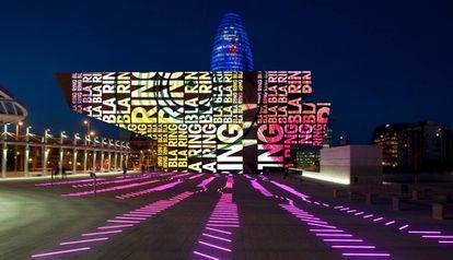 'Xiu Xiu', de David Torrrents & Maurici Ginés en la fachada del DHUB de Barcelona, junto a la escultura 'BruumRuum!' diseñada por Maurici Ginés en el suelo.