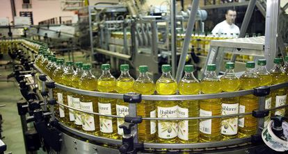 Planta de envasado de aceite de la marca Hojiblanca, en Antequera.