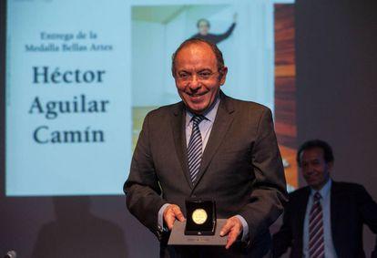Aguilar Camín recibe la medalla de Bellas Artes.