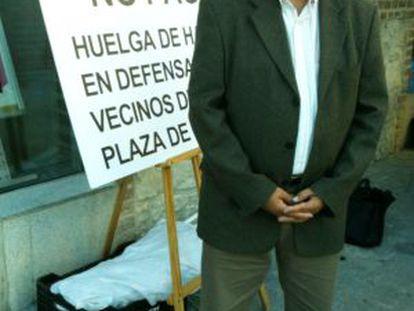 Julio Setién, con el cartel que denuncia la situación.