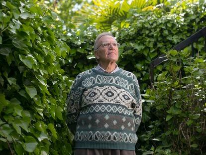 El virólogo Esteban Domingo posa en su jardín, tras ser nombrado miembro de la Academia Nacional de Ciencias de EE UU.