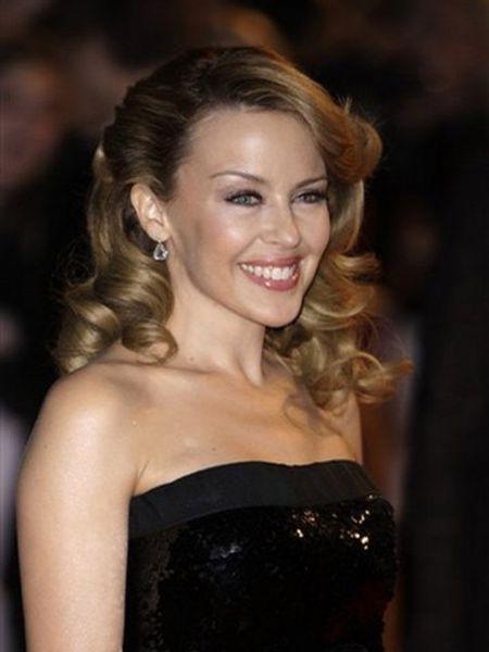 La cantante australiana Kylie Minogue ha comprado un lujoso chalet en la Costa Brava, concretamente en Tossa del Mar (Girona), según recoge Contactmusic.com. El idilio que tiene desde el pasado otoño con el modelo Antonio Velencoso la ha empujado a comprar una casa de unos 472.000 euros en la localidad natal de su novio.
