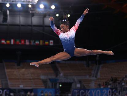 La gimnasta  estadounidense Simone Biles durante la final de barra en los Juegos Olímpicos de Tokio