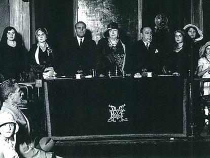 Carmen de Burgos presidiendo un acto en defensa del derecho al divorcio en el Ateneo de Madrid (1931).