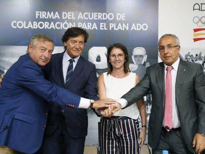 José Antonio Sánchez, José Ramón Lete, Inmaculada García y Alejandro Blanco, tras la firma del acuerdo.