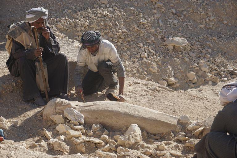 El capataz Alí Farouk El-Quiftauy (izquierda) junto al ataúd de madera descubierto en Dra Abu el-Naga.