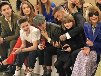 De izquierda a derecha, Brooklyn Beckham, Hana Cross, Cruz, Romeo, David y Harper Beckham y Anna Wintour en Londres el 17 de febrero durante la presentación de la colección de Victoria Beckham.