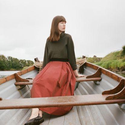 Sally Rooney, que publica su tercera novela, 'Dónde estás, mundo bello', fotografiada este verano.
