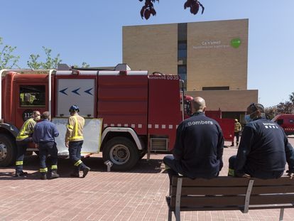 Los bomberos acudieron en abril pasado a desinfectar la residencia Ca N'Amell, de Premià, que fue intervenida.