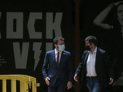 El presidente en funciones, Pere Aragonès (a la izquierda), y el secretario general de Junts, Jordi Sànchez, este lunes, en los jardines del Palau Robert de Barcelona.