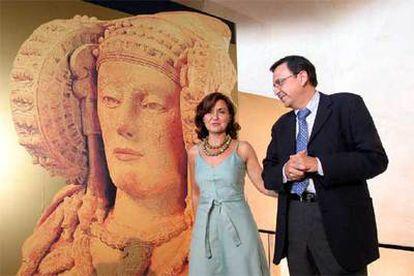 La ministra de Cultura, Carmen Calvo, y el alcalde de Elche, Diego Macià, ayer en Elche.