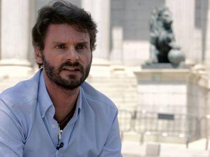 Rafael Vidal, superviviente del accidente de Spanair, frente al Congreso.