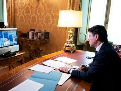 Conte en su despacho conectado con la presidenta de la Comisión Europea, Ursula von der Leyen, este miércoles.