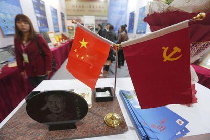 La bandera de china, la comunista y un recuerdo de Mao en una exposición.