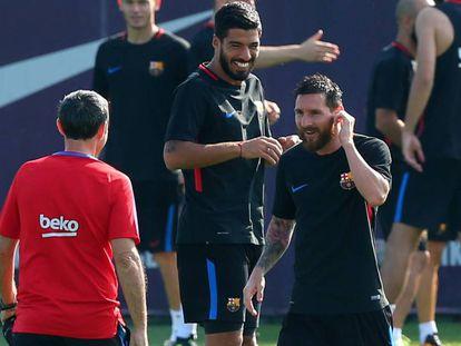 Valverde (de espalda) saluda a Messi en la Ciudad Deportiva.
