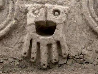 La pieza en la que se representan cabezas humanas y serpientes fue descubierta en el yacimiento de la Ciudad Agropesquera de Vichama en la provincia de Huaura, al noroeste del país