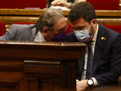 El conseller de Economía de la Generalitat, Jaume Giró habla con el president de la Generalitat, Pere Aragonès, este jueves durante un pleno en el Parlament.